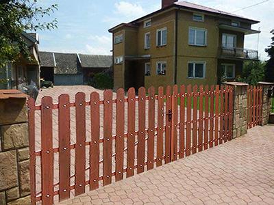 Zastosowanie sztachety winylowe jako element bramy. Obraz za https://ogrodzeniaplastikowe.pl/ogrodzenia-everwood/